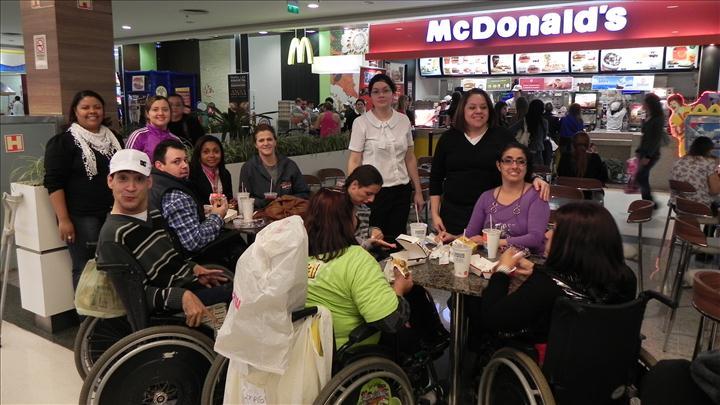 Alunos do Pic lanchando no McDonald's